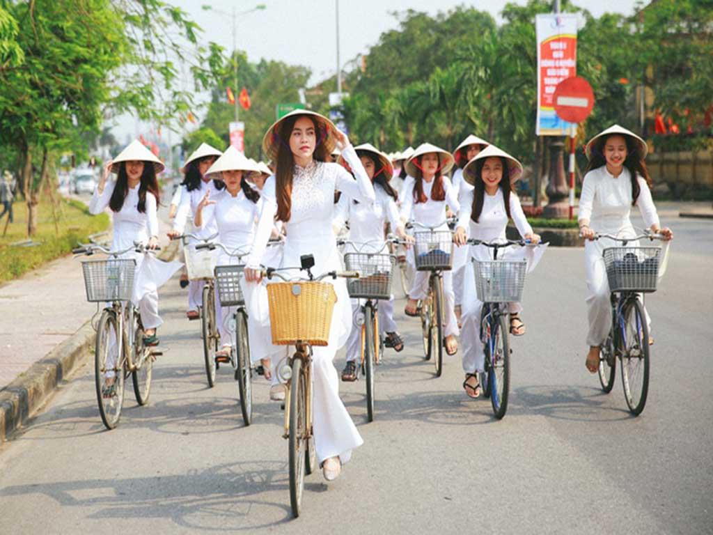 Học sinh đạp xe trong tà áo dài duyên dáng